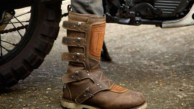 come indossare gli stivali da moto