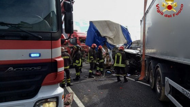 Incidente in A14 a Bologna, un morto. Autostrada chiusa, code
